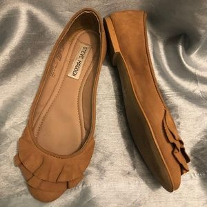 Size 6 Brown Steven Madden girly flats.